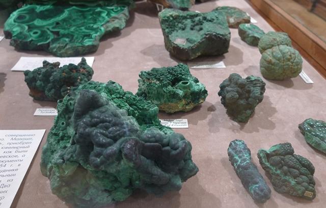 Коллекция малахита в Геологическом музее МГУ