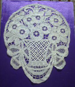 """Декоративная композиция """"Корзина с цветами"""" Западная Европа, первая треть XX в. Лен; плетение на коклюшках."""