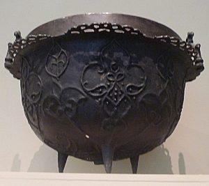 Котел. Бронза (латунь), литье. Кубачи, XV - XVI вв.