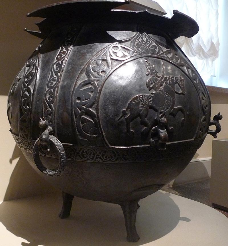 Котел.Бронза (латунь); литье, чеканка. Дагестан, конец XIV - начало XV в.