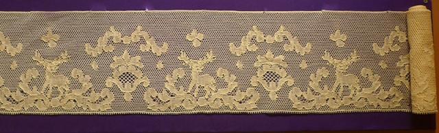 """Кружево мерное. Франция, XIX вв. Лен; плетение на коклюшках (выставка """"Империя кружев"""" в Коломенском)."""