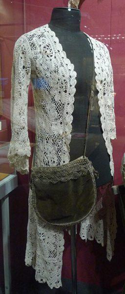 Кружевное пальто и сумочка. Россия, первая половина XX в. Пальто - лен, плетение на коклюшках; сумочка - бархат, металлическая нить, плетение на коклюшках.