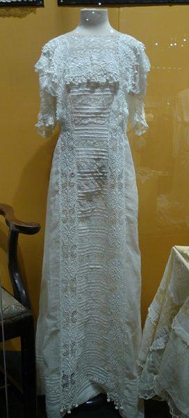 Платье. Россия, около 1916 г. Батист, кружево двух видов: льняное плетеное и машинной работы, вышивка гладью