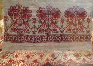 Полотенце. Россия, XIX - начало XX вв. Льняное полотно, цветное мерное кружево.