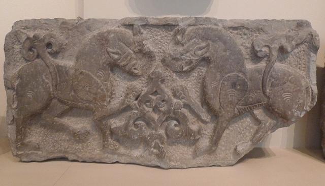Фрагмент архитектурного декора. Известняк, глинистый сланец; резьба. Кубачи, XIV - начало XV в.