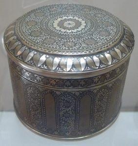 Коробочка с крышкой. Непал, конец XIX в. Сплав на основе меди, гибка из листа, пайка, резьба, гравировка, полировка