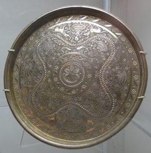 Поднос. Непал, конец XIX в. Сплав на основе меди, выколотка, резьба по металлу