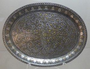 Поднос. Непал, конец XIX в. Сплав на основе меди, выколотка, резьба по металлу, полировка