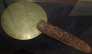 Ритуальное зеркало. Непал, XIX в. Бронза, кость, резьба