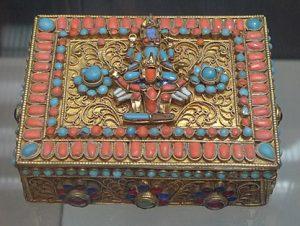 Шкатулка. Непал, 1960-е гг. Металл, стекло, полудрагоценные камни, штамповка, инкрустация, филигрань