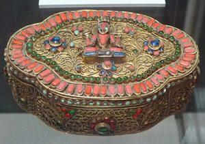 Шкатулка. Непал, 1960-е гг. Металл, стекло, смальта, штамповка, филигрань, инкрустация