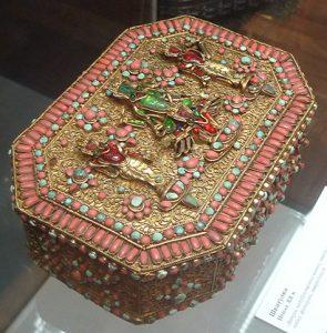 Шкатулка. Непал, XX в. Латунь, полудрагоценные камни, стекло цветное, штамповка, пайка, инкрустация, филигрань