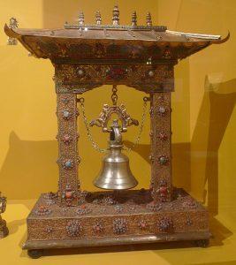 Звонница (макет). Непал, 1960 г. Дерево, медь желтая, бронза, камни (цветные)