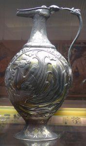 Кувшин с изображением крылатых верблюдов