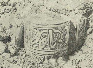 Термез. Дворец термезских правителей. Раскопка пилона в северной части здания. Капитель колонны с надписью
