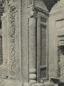 Южный мавзолей в Узгене. 1187 г. Деталь портала с угловой колонной