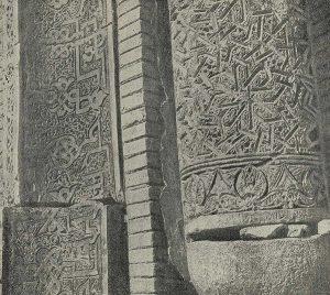 Южный мавзолей в Узгене. 1187 г. Деталь орнаментации на части портала и угловой колонны