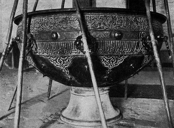 Казахстан. Бронзовый котел конца XIV в. в мечети Ессеви в г. Туркестане