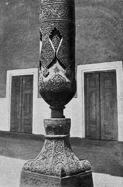 Узбекистан. Резная деревянная колонна в Хиве