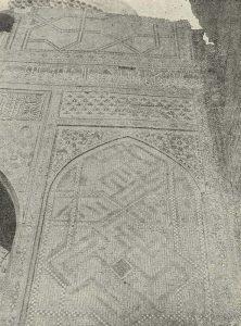 Самарканд. Мечеть Биби-Ханым. Деталь изразцовой декорации щековой стены Главной мечети