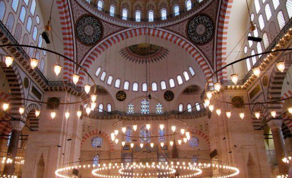 Интерьер мечети Сулеймание в Стамбуле