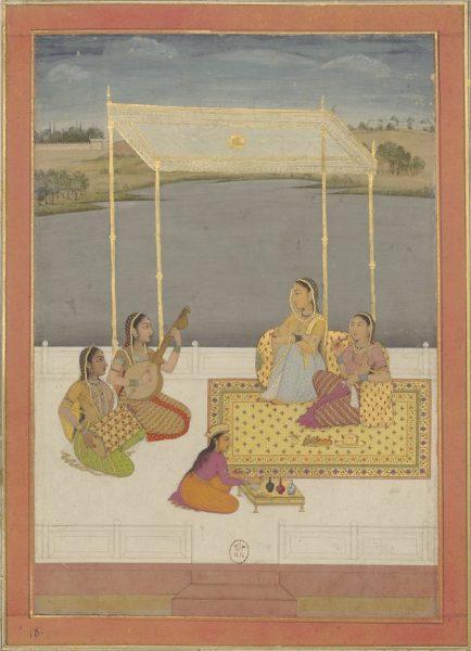 Две индийские дамы с двумя музыкантшами сидят на террасе с видом на реку
