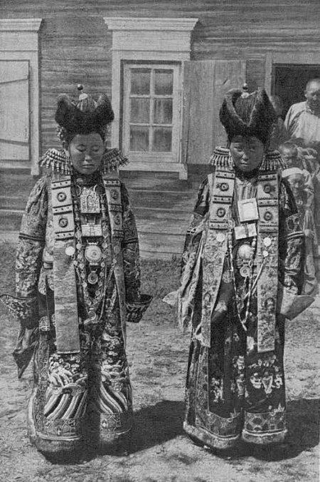 Бурятки в праздничных костюмах
