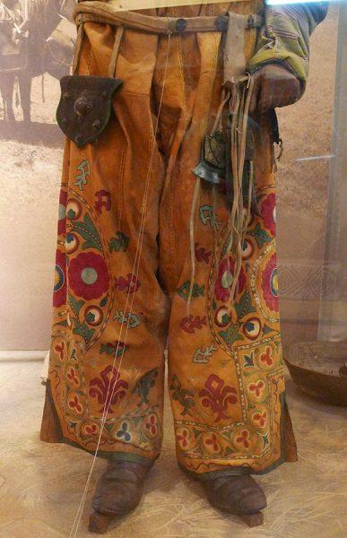 Кожаные шаровары киргизского охотника