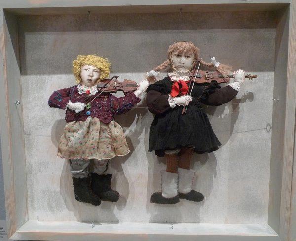 А. Бедина, С. Ланшакова, скрипки исполнены И. Писковым. Девочка со скрипкой и пионерка со скрипкой